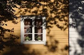 Attraktive Gestaltung und Dekoration von Fenstern