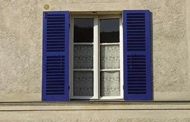 Fensterläden werden oft außen angebracht - können aber auch im Wohnraum attraktiv Akzente setzen