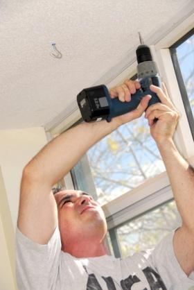 Schiene zur Aufhängung von Gardinen und Vorhängen anbringen