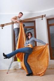 vorh nge und gardinen an einer gardinenstange aufh ngen. Black Bedroom Furniture Sets. Home Design Ideas